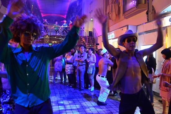 派对上激情四射的舞者