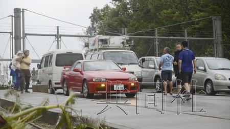 """9月29日,为反对在美军普天间机场部署运输机""""鱼鹰"""",日本冲绳县宜野湾市的居民用车封锁了机场大门。"""
