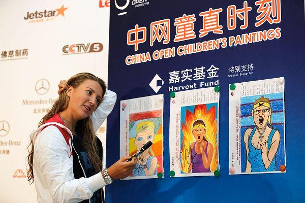 图文:阿扎伦卡在中网很忙 中网童真时刻