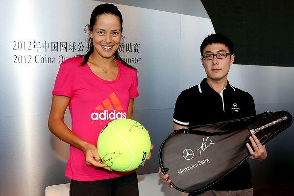 图文:伊万参加球迷见面会 伊万手拿巨大网球