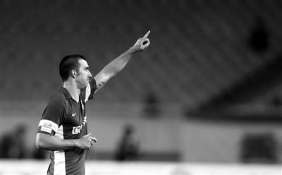 达纳拉赫点球绝杀阿尔滨,把江苏舜天送上榜首。图/Osports