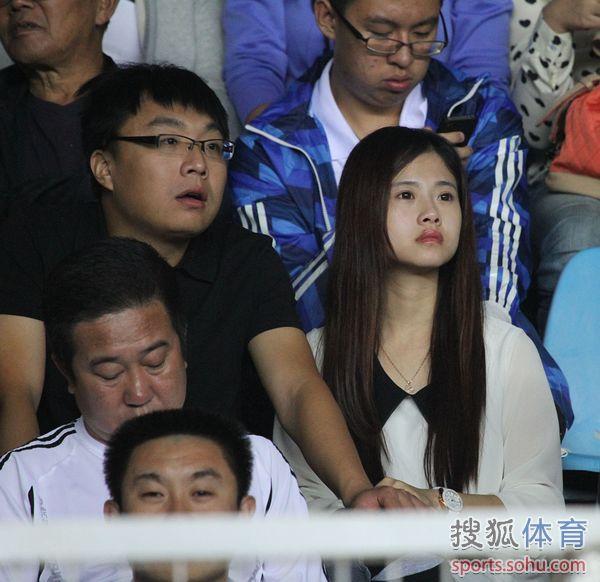 中超图:青岛1-0胜长春 美女球迷