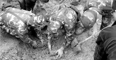 驻地群众一起在云南彝良山体滑坡现场挖掘被压埋的人员.图/新华社图片