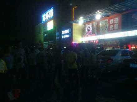海口红城湖家乐福广场发生火灾 引路人围观高清图片