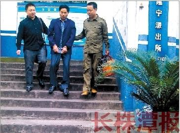10月5日下午2时许,48岁的龙汉旦被两位民警带往攸县网岭监狱。本报记者 杜方江 摄