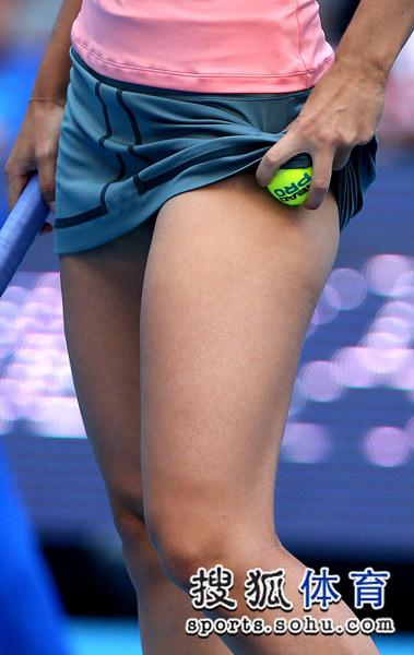 莎娃掏裙底网球