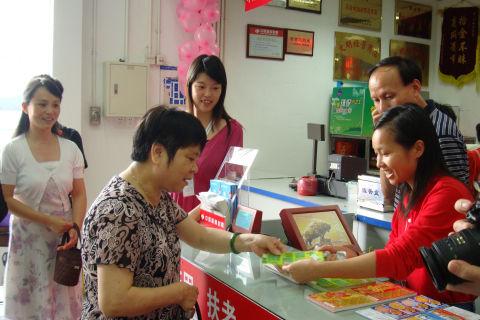 沃尔玛会员商店迎来购买福利彩票的第一位顾客