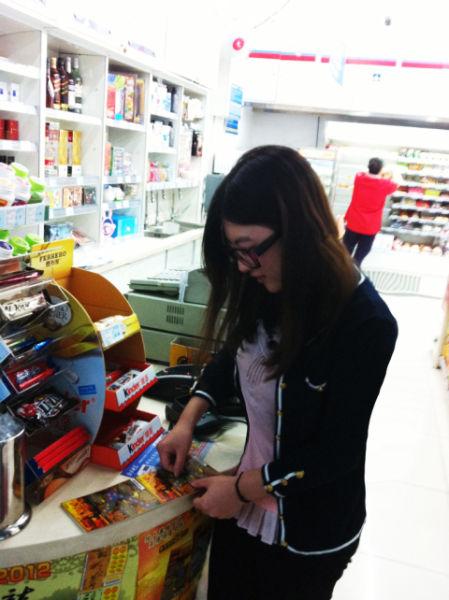 物美便利店中,正在玩刮刮乐的顾客