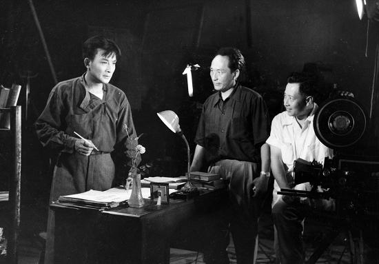 郑君里(中)给赵丹(左)说《聂耳》的戏。