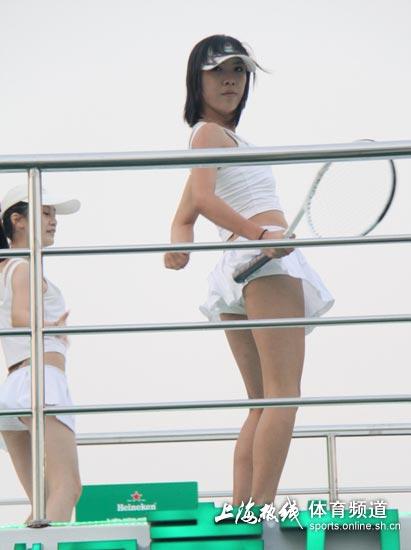美女短裙亮相 2012年10月11日10:36