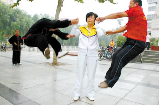 """在闫芳的宣传视频中,她几乎没有什么动作就可以把徒弟""""震飞"""""""