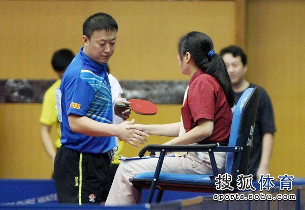 图文:全锦赛马琳遭遇争议判罚 马琳与裁判握手
