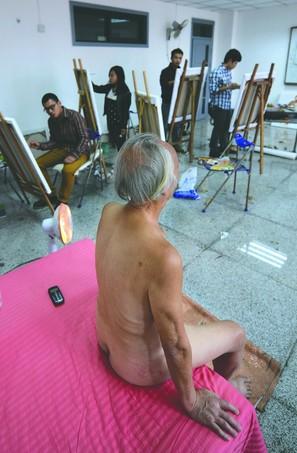 当人体模特能让84岁的李大爷找到更多快乐。摄影记者 王效