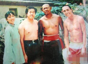 莫言(左二)在《红高粱》剧组与巩俐、姜文、张艺谋合影。