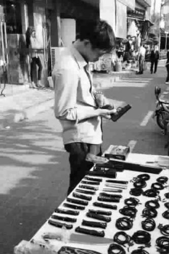 上海景区出售仿真枪女性游客受惊尖叫躲避