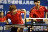 图文:乒乓球全锦赛混双比赛 郭焱发球