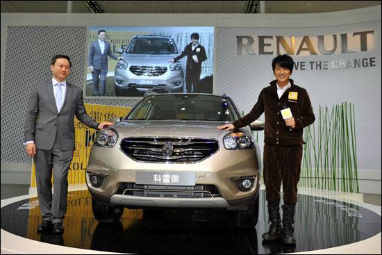 香港歌星孙耀威和雷诺中国市场总监王政雄共同为2013款科雷傲揭幕
