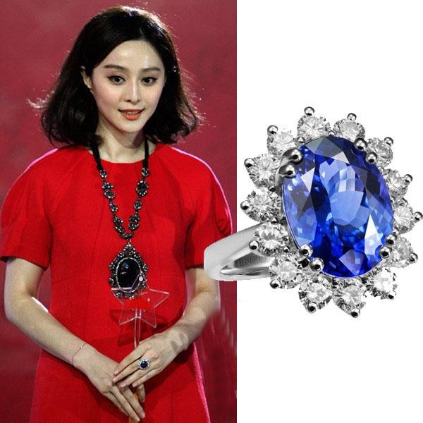 不忘秀自己的蓝宝石钻戒.范爷早对蓝宝石钟情许久,在以往的红毯