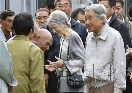 日本天皇夫妇10月13日视察了川内村的福岛核事故放射性物质去污作业现场,与临时安置房的居民交谈。