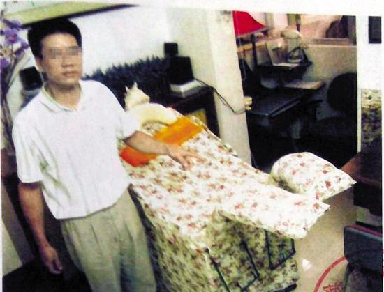 警方拍摄的照片中,马林在指认现场。