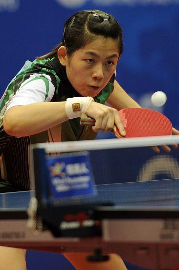 图文:2012乒乓球全锦赛决赛 曹臻颗粒胶