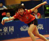 图文:2012乒乓球全锦赛决赛 杨扬飞身回球