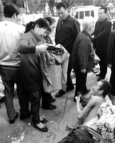 苏宣敏为赤裸上身的乞讨男子买秋衣御寒