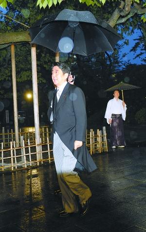 10月17日,日本自民党总裁安倍晋三参拜位于东京的靖国神社。