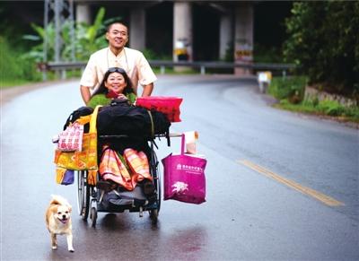 前进前进樊蒙推着妈妈,带着小狗,行进在路上。