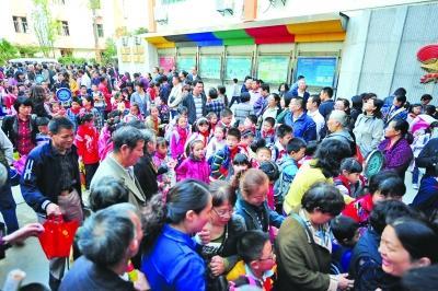 昨天(10月19日)下午3点50分,南京鼓楼区第一中心小学门口,众多家长在接送区寻找自家孩子。之后,或步行或骑车、开车、坐车离开。扬子晚报记者 刘浏 摄
