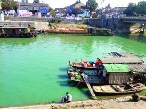 市民在被污染的运河边洗东西。现代快报记者 林清智 摄