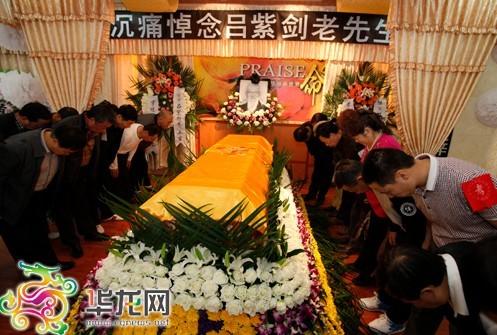 吕紫剑的徒弟、亲友等陆续前往殡仪馆追悼吕老。 记者 李文科 摄
