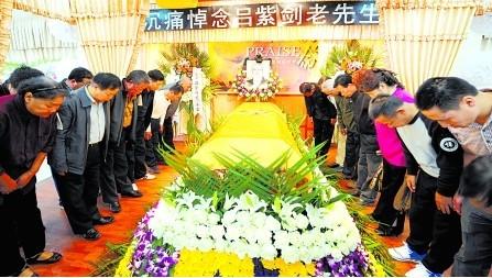 昨日,南岸区,亲友们向吕紫剑老人的遗体告别。 记者 唐浩摄