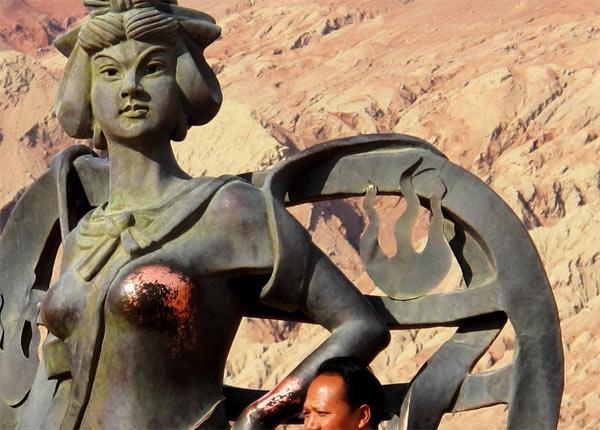 铁扇公主铜像遭游客袭胸 敏感部位裸露