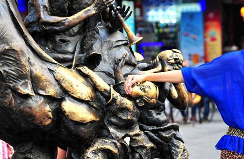 一个小孩子美女的奶奶鸡也被摸得光溜溜小鸡盖着的的雕塑没有图片