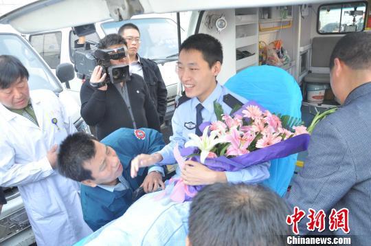 图为李博亚登上返回河南郑州的救护车尹永吉摄