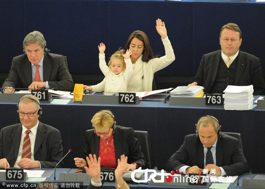 国际在线消息:当地时间2012年10月23日,在法国斯特拉斯堡,欧洲议会召开全体会议,意大利女议员LiciaRonzulli再度带着可爱的女儿Vittoria出席会议。