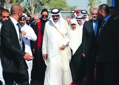 23日,卡塔尔埃米尔哈马德抵达加沙,受到哈马斯领导人哈尼亚欢迎。