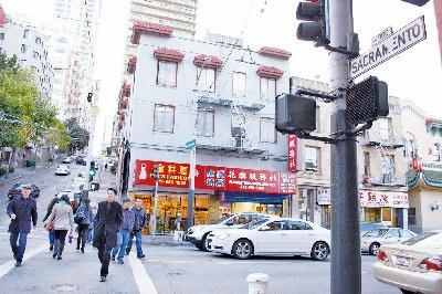 94岁华裔老妇在旧金山华埠繁忙的士德顿街与沙加缅度街路口过马路时,被非裔嫌犯攻击成重伤。(美国《世界日报》/李秀兰 摄)