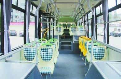 和普通公交车相比新型环保公交车车厢内容量更大