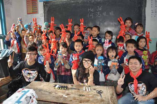 何洁及嘉宾和孩子们一起展示完成的手工娃娃