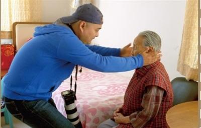 """""""藏獒""""轻手轻脚帮助老人调整头部姿势。"""