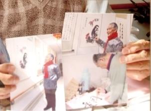 78岁的老人李守荣展示为他拍摄的照片。