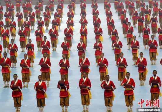 10月21日下午,第九届中国郑州国际少林武术节开幕式在郑州航海体育场举行,本次武术节吸引73个国家和地区1500余名运动员参加。中新社发 王中举 摄