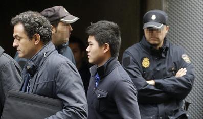 2012年10月20日,西班牙马德里,一名中国人抵达法院。