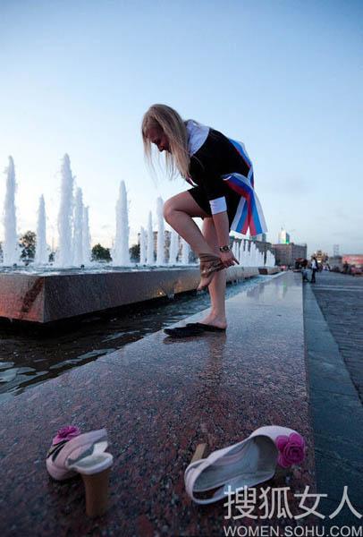 成人被下媚药的女人们_俄罗斯中学生成人礼后激情狂欢-搜狐女人