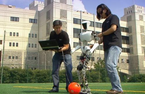 在人们的操控下,机器人能跳当下最流行的《江南Style》舞蹈。