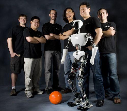 该机器人的研发团队与机器人的合影。