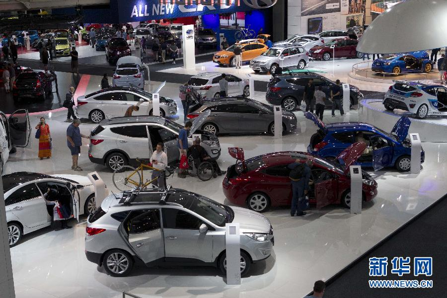 10月26日,在澳大利亚悉尼的国际车展上,参观者在观看各式汽车。 为期10天的澳大利亚国际车展于10月19日在悉尼会展中心开幕。新华社记者金林鹏摄
