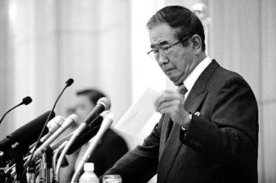 10月25日,石原慎太郎在日本东京举行的临时记者会上展示辞职信 新华社发